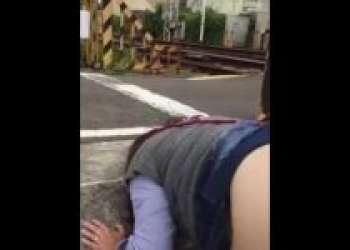 【個人撮影】ドコでヤッてるww踏切のそばで野外ハメ撮りセックスに耽るバカップル共ww