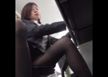 美熟女OLにオチンポ見せつけてこっそり隠れてオフィスエッチ!!