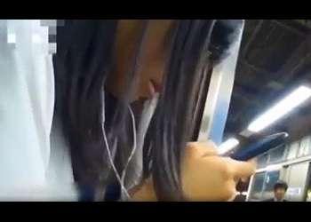 【エロすぎ】電車内で携帯電話に夢中な女子高の股間を触りながらパンティ観察!ケツまで撮られる可哀そうな子…【夢中】