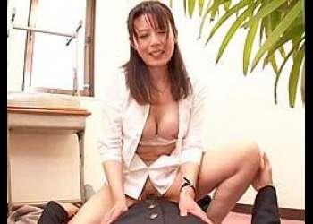 三浦恵理子 【エロすぎ】密かにデキている40代女性先生と男校生が階段の踊り場で~三浦恵理子【授業中】