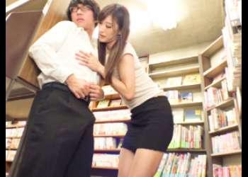 |逆レイプ|書店で本を探すかわいい童貞くんを誘惑しちゃうドエス痴女www