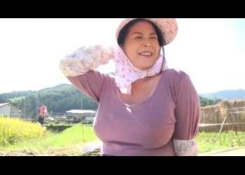 ■熟女■畑仕事に精を出すおばちゃんのおっぱいが大きいことwww土いじりじゃなくて乳首いじりしなきゃだw
