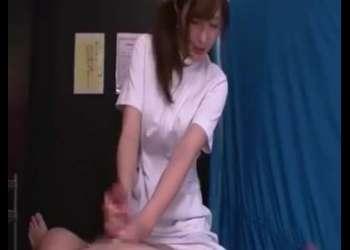 『我慢しないで♡』ナースデリ嬢が男性客のチンポをしごいて男の潮吹きブシャー興奮注意な発情動画