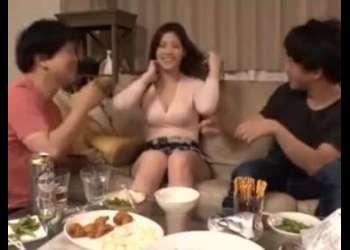 『夫婦喧嘩中なの♡』爆裂ボディの人妻が酔っぱらって不倫乱交セックス!見ると勃起しちゃうエロ動画