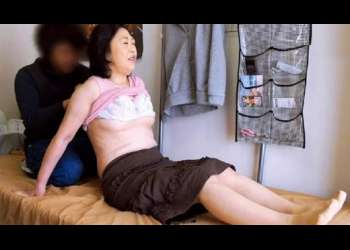 「すごい凝ってますね~」太めの五十路家政婦さんにマッサージしながらセックスへ持ち込み閉経マンコ中出し