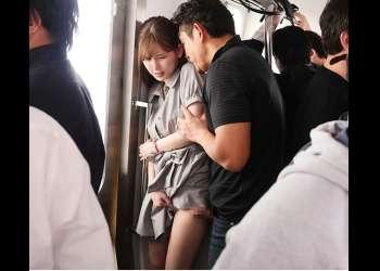 【明里つむぎ】電車内で現役JDを失禁するまで孕ませ痴漢♡弱みを握られ次々オナホレイプされる女子大生の子宮にどぴゅどぴゅ射精♡