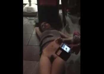 泥酔したお姉さんが路上で下半身さらけ出し!道行く人に撮影された流出動画!見ると勃起しちゃうエッチな映像