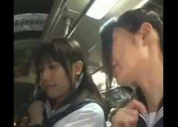 学校帰りの激カワ高校生にバスで痴漢!おやじにパンツの中に突っ込まれ感じまくり!即抜け確実な激エロ動画