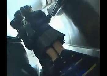 大人しそうな高校生が電車で痴漢に襲われた!感じまくって大量潮吹き!これヤバすぎ