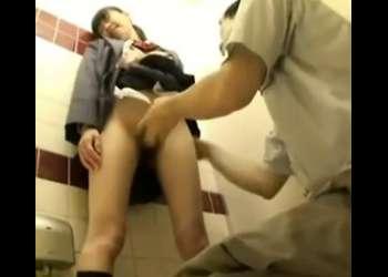 学校帰りの高校生と公衆トイレで中出し援交w立ち手マンでイキまくり!見ると勃起しちゃうエッチな映像