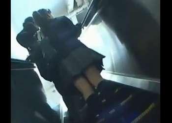 大人しそうな高校生が電車で痴漢に襲われた!感じまくって大量潮吹き!削除前に見なきゃ損