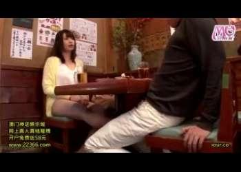居酒屋で発情したガチ痴女のお姉さんがみんなの前で手コキしてくる露出プレイ