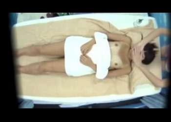 ビキニ姿の素人ロリ日焼け美少女を騙して素人ナンパしエロマッサージシーンを盗撮するマジックミラー号企画