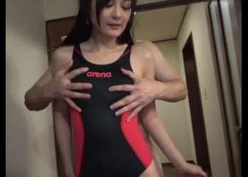 【人妻不倫】スレンダー美脚美熟女が競泳水着姿で不倫しまくって電マオナニーしててエロすぎるおばさんベロチュー