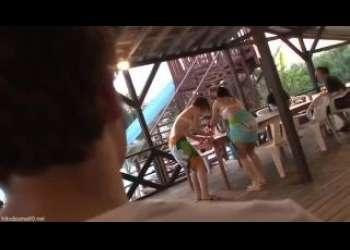 海の家で見つけた水着美女に興奮して思いっきりイラマチオレイプしまくりオナホ扱いで苦しそう