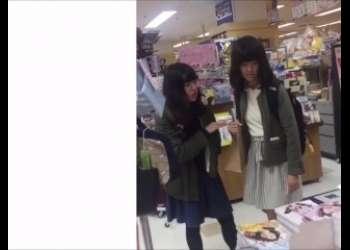 素人JCみたいな感じのロリっ子女子が盗撮されてるロリパンツ丸見えパンチラ素人個人撮影映像エロすぎるスマホ撮り