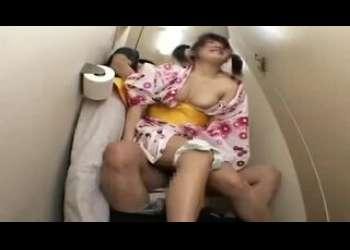 JCみたいなツインテール浴衣ロリをトイレに連れ込みめちゃくちゃレイプするイラマチオレイプ!お姉さんも餌食