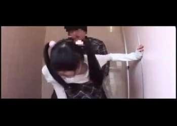 幼いツインテールJC風なパンチラ女子を襲ってトイレでフェラ抜き手コキやらせて無理やりパンティずらしハメレイプするロリコン映像