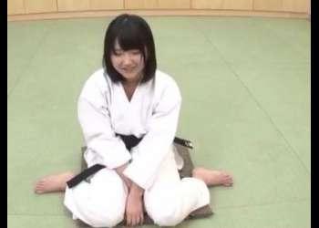 (おっぱい+エロ動画)空手少女の道着をはだけさせて生ハメファック!激しい手マンで大量潮吹き!お気に入り決定のビデオ