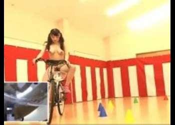 (羞恥+野外)エロエロ自転車で大量潮吹き!自転車に乗ったままバックでガン突きピストンされて感じまくり!迷ったらこの動画