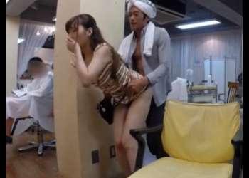 (おっぱい+エロ動画)美容師がエッチなサービス!勃起したチンポをチン舐して店内でこっそりとファック!抜けすぎ注意