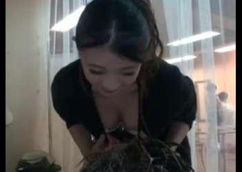 (美乳+美容師)痴女な美容師と店内でセックス!おっぱい押しつけて男子客を誘惑する欲求不満なお姉さん!最高のエロ動画