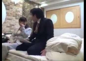 (美乳+エロ動画)女上司が会社の新人君とファック!若い男にピストンされて感じまくりのスレンダーOL!シコシコ必須の映像