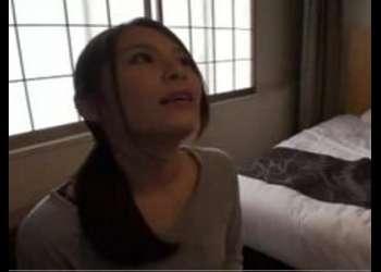 (主婦+ナンパ)人妻に車内でチン舐してもらってそのままホテルで即ハメ寝取り3Pファックしちゃった!体型最高な美女