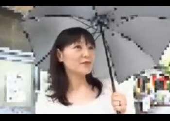 【熟女ナンパ】日傘が良く似合うセレブ感のある色白清楚でスレンダーな五十路の高齢美人妻を連れ込み、生ハメ中出し!