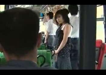 【ヘンリー塚本】【人妻ナンパ】バスの中で狙われていると気づいた美乳の小悪魔美人妻が男を自ら逆ナンし、生ハメNTRセックス!