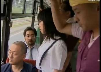 【ヘンリー塚本】痴漢されるために満員バスに乗り込むドスケベなJKロリ美少女!公衆の面前で手マン潮吹きまで!それをおかずにトイレでオナニー!