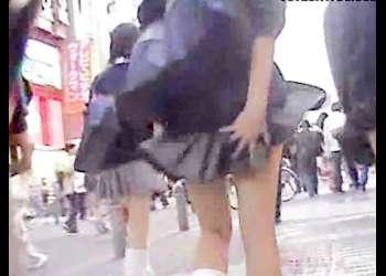 【パンチラ盗撮】街中を登校中の制服JKを隠し撮りしてたら強風ハプニング!スカートめくり上げられる【素人投稿|早期削除注意】