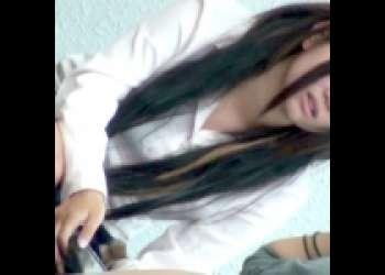 【パンチラ盗撮】制服姿のヤンキーギャルな素人娘が友達とおしゃべり中の無防備なスカートの中のパンツがチラ見えするお宝映像!