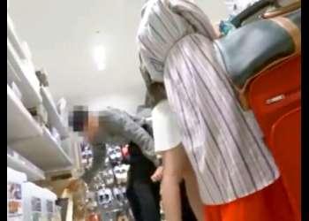 【パンチラ盗撮】他人がパンツをスマホ撮影してる犯罪現場を目撃!でもお姉さんの純白パンツは逆さ撮りw【素人投稿|個人流出】