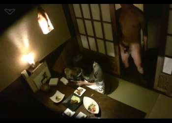 《麻美ゆま》友人と居酒屋で食事中の麻美ゆまちゃんを友人がトイレに立ったスキに裸で乱入して即ズボ!!