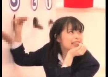《素人企画×女子高生》ロリカワ黒髪パイパンJKがチンポ神経衰弱ゲームで失敗!罰ゲームは強制即ハメ絶頂3P!!