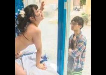 《素人ナンパ》『や、彼氏に見えちゃう!』ビーチでナンパしたビキニのお姉さんを鏡越しに巨乳ぽっちゃりなJDのギャルをNTR