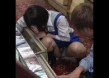 『こらぁ♡今見てたでしょ?』本屋でバイトのショートカットな貧乳でチッパイなロリ女子校生のJKが無防備パンチラで誘惑エロ動画