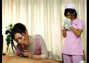 看護師さんに体を拭いて貰ってたら勃起しちゃったから見せつけながら彼女に手コキフェラ抜きしてもらったら看護師さんも発情しちゃったみたい。