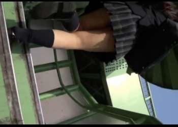 通学途中のJKのパンチラをアンダーからのぞきみた【盗撮動画】