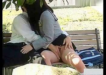 野外カップル盗撮!ベンチでおま〇こをイジられるとチ〇ポをシコシコしてあげる彼女