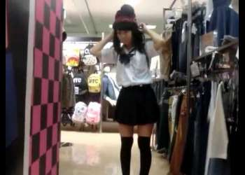 店内パンチラ盗撮!かわいい顔してお尻のワレメが見えてる透けパンツの制服美少女