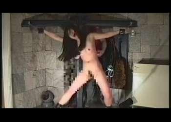 十字架に磔拘束したお姉さんを凌辱!くすぐり地獄の刑に処す!