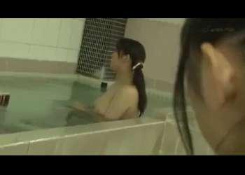 温泉に現れたレズJK、ひと際目を引く爆乳お姉さんにロックオン!!乳揉み&乳首責め&クリ責めの巧みな性感テクで絶頂イキさせる!!