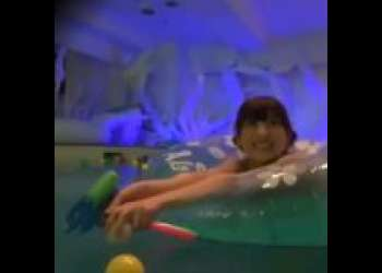【素人ナンパ】SNSで話題のナイトプールに潜入して、美乳おっぱいビキニ水着ギャルをホテルでフェラさせて3P乱交セックス絶頂ハメ撮り!