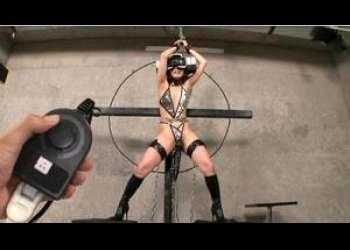 【スリム美形があられもない姿に!】体をがっつり拘束されて吊り下げられた女子が乳頭などをひたすら玩具で苛め抜かれる!