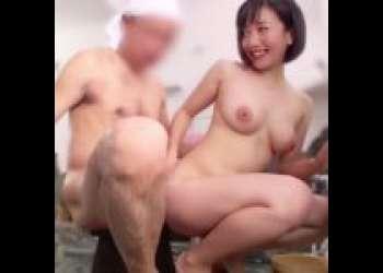 【篠原ゆい】「すごいっ!」お尻に、おっぱいに、濃厚ザーメン大量発射!混浴温泉で女子大生がチンポを洗う過激ミッションにチャレンジ!尻コキ/手コキ/