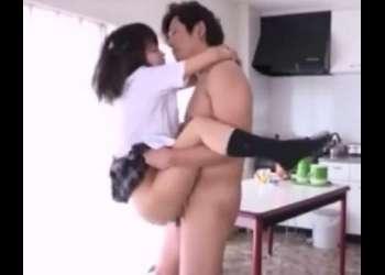 清楚な童顔女子校生と自宅で制服着衣でセックス!興奮確実な超絶エッチな動画