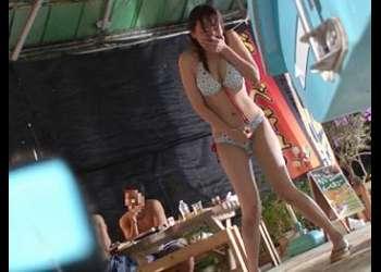 【無料エロ動画】「ビキニ」「スク水」「競泳水着」etc.全5か所のプール施設で5人の水着娘に全員中出し!…