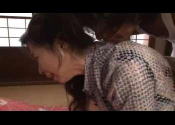 【人妻】寝取られた熟女が自宅に押し入った男にバックでハメられた後お掃除フェラまでさせられてる